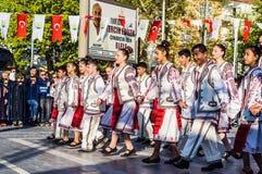 De Volksdansers van Roemenië in Nationale Soevereiniteit en van de Kinderen` s Dag Viering - Turkije Stock Foto's