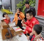De volkskunstenaar maakt traditionele Chinese deegpop Stock Afbeeldingen