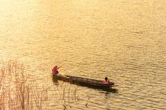 De volksvissers zetten een net aan vangstvissen Royalty-vrije Stock Foto