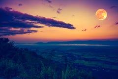 De volle maan in de avond na zonsondergang In openlucht bij nacht Royalty-vrije Stock Afbeeldingen