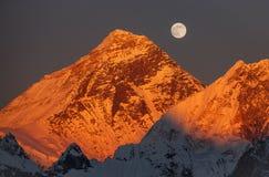 De Volle maan van de Everestzonsondergang Stock Afbeeldingen