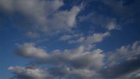 De Volledige HD Lengte van de tijdtijdspanne van Mooie Witte Wolken die snel over de Blauwe de Lentehemel stromen stock footage