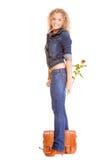 De volledige het meisjes toevallige jonge vrouw van het lengteblonde in modieuze jeans hijgt en jasje hoge die hielen op witte ac royalty-vrije stock afbeeldingen