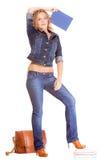 De volledige het meisjes toevallige jonge vrouw van het lengteblonde in modieuze jeans hijgt en jasje hoge die hielen op witte ac stock afbeeldingen