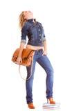 De volledige het meisjes toevallige jonge vrouw van het lengteblonde in modieuze jeans hijgt en jasje hoge die hielen op witte ac stock fotografie