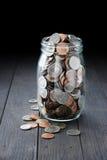 De volledige Kruik van Geldmuntstukken stock foto's