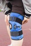 De volleyballspeler draagt speciale beschermende knie Stock Foto