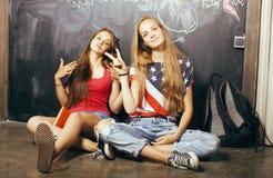 De volta à escola após férias de verão, dois adolescentes imagem de stock