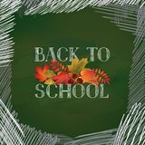 De volta à escola Bandeira com as folhas de outono sobre o quadro verde ilustração royalty free