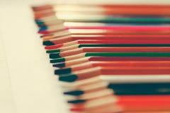 De volta à escola, conceito dos lápis coloridos em um fundo amarelo de papel textured para esboçar Matizado em um na moda e imagem de stock
