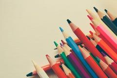 De volta à escola, conceito dos lápis coloridos em um fundo amarelo de papel textured para esboçar Matizado em um na moda e fotos de stock