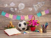 De volta à escola e ao tempo feliz Livros e lápis na mesa na escola primária imagens de stock royalty free