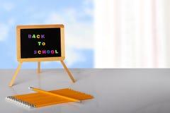 De volta à escola escrita com letras coloridas no quadro-negro, e fotografia de stock