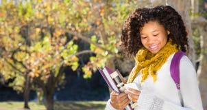 De volta à escola Estudante fêmea consideravelmente novo com telefone celular imagens de stock royalty free