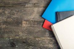 De volta à escola, fontes, caderno no fundo cinzento, vista superior Fotos de Stock Royalty Free