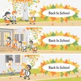 De volta à escola Grupo de estudantes felizes que andam na jarda de escola Dia do outono Imagens de Stock Royalty Free