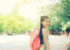 De volta à escola Menina de sorriso feliz da escola primária Fotografia de Stock Royalty Free