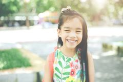 De volta à escola Menina de sorriso feliz da escola primária Foto de Stock Royalty Free