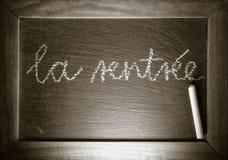 De volta à escola no conceito francês do ` do rentrée do la do ` do texto escrito no quadro com quadro de madeira imagem de stock royalty free