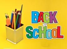 De volta à escola no fundo amarelo com artigos dos artigos de papelaria Fotografia de Stock Royalty Free