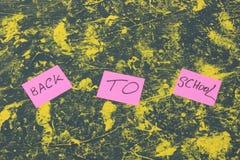 De volta à escola Primeiro setembro fundo temático da escola Copie o espaço Vista de acima acessórios da escola em um wo foto de stock royalty free