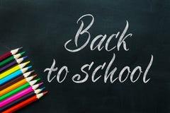 De volta às palavras escritas à mão do texto do quadro da escola com colo brilhante fotos de stock