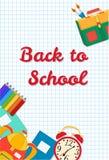De volta ao cartão da escola Quadro dos objetos da escola Materiais de escritório no fundo de uma folha do caderno Fotos de Stock