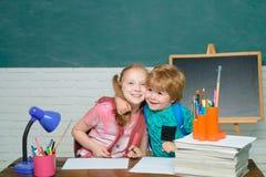 De volta ao conceito da educa??o escolar Crian?a de sorriso alegre no quadro-negro A crian?a est? aprendendo na classe no fundo d imagens de stock