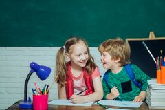De volta ao conceito da educa??o escolar Conceito da educa??o e da leitura A criança está pronta para responder com um quadro-neg fotografia de stock royalty free