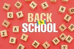 De volta ao conceito da escola com alfabetos de madeira ao redor imagem de stock