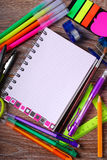 De volta ao conceito da escola com caderno e as ferramentas coloridas Fotografia de Stock Royalty Free