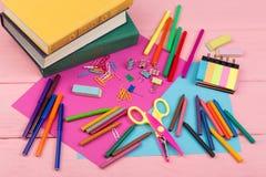 De volta ao conceito da escola - fontes de escola: livros, marcadores, pastéis, papel cor-de-rosa e azul, tesouras, eliminador e  Fotos de Stock