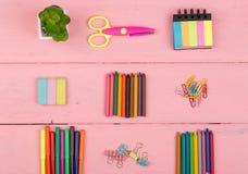 De volta ao conceito da escola - fontes de escola: tesouras, eliminador, marcadores, pastéis e outros acessórios Foto de Stock Royalty Free