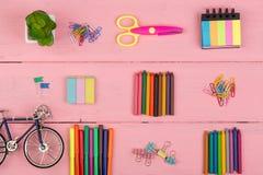 De volta ao conceito da escola - fontes de escola: tesouras, eliminador, marcadores, pastéis, pouca bicicleta e outros acessórios Fotografia de Stock Royalty Free