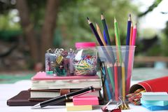 De volta ao conceito da escola Livros e fontes no assoalho de madeira branco imagem de stock