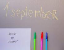 De volta ao conceito da escola, uma pena, escrevendo placa no 1º de setembro Fotos de Stock Royalty Free