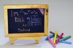 De volta ao desenho do texto de escola pelo giz colorido no quadro-negro fotografia de stock royalty free