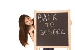 De volta ao estudante fêmea asiático da escola pelo quadro-negro Fotografia de Stock