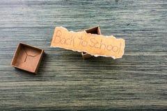 De volta ao fraseio da escola no papel rasgado fotos de stock