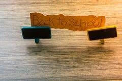 De volta ao fraseio da escola no papel rasgado foto de stock