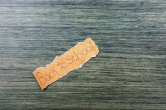 De volta ao fraseio da escola no papel rasgado imagens de stock