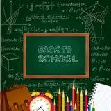 De volta ao fundo com fontes de escola - quadro-negro da escola, despertador, lápis, bloco de notas na superfície matemática Fotografia de Stock