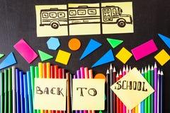 De volta ao fundo da escola com muitos canetas com ponta de feltro coloridas e lápis coloridos, ` dos títulos de volta ao ` da es Fotografia de Stock Royalty Free