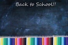 De volta ao fundo da textura do quadro da escola com lápis colorido Imagens de Stock Royalty Free