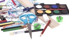 De volta ao molde da escola com artigos de papelaria e caderno no branco Foto de Stock