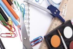 De volta ao molde da escola com artigos de papelaria e caderno no branco Imagens de Stock Royalty Free