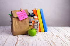De volta ao saco do papel do almoço escolar Fotografia de Stock Royalty Free