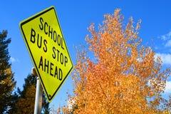 De volta ao sinal da parada de ônibus escolar Fotos de Stock Royalty Free