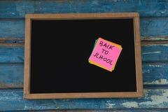 De volta ao texto de escola escrito na nota pegajosa Imagens de Stock Royalty Free
