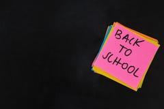 De volta ao texto de escola escrito na nota pegajosa Fotografia de Stock